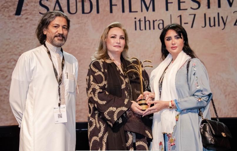 Mamouns Cousins , Eman and Reem Al Sadat receiving his award on his behalf from the Director of the Festival